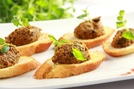 Crostini z marchewką i czarnymi oliwkami