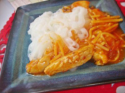 Makaron ryżowy z kurczakiem w słodkim sosie chilli