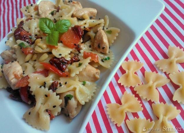 Farfalle z kurczakiem, suszonymi pomidorami i papryką