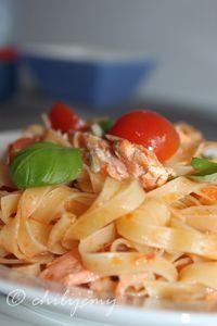 Tagliatelle z pesto rosso, pomidorkami i pieczonym łososiem ...