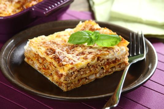 Lasagne bolognese z suszonymi pomidorami i świeżą bazylią ...