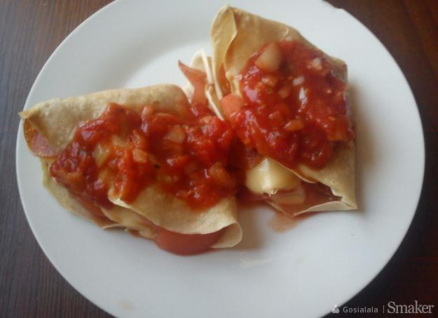 Naleśniki z salami, serem żółtym i pomidorami.