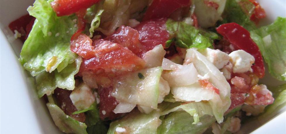 Sałatka z sałaty lodowej z serem feta, papryką, pomidorami i ogórkiem